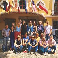 A group of students and faculty in front of a hotel in Puebla.
